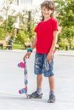 Retrato al aire libre del modo sonriente joven del cortocircuito del montar a caballo del muchacho del adolescente Imagenes de archivo