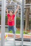Retrato al aire libre del muchacho adolescente sonriente feliz joven Foto de archivo