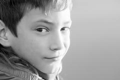 Retrato al aire libre del muchacho adolescente sonriente feliz joven en natu al aire libre Imagen de archivo