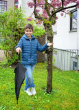 Retrato al aire libre del muchacho adorable con el paraguas Fotografía de archivo