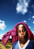 Retrato al aire libre del niño africano pobre Foto de archivo