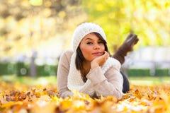 Retrato al aire libre del otoño de la mujer joven hermosa - peo caucásico Imagenes de archivo