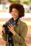 Retrato al aire libre del otoño del woma joven afroamericano hermoso Imagen de archivo libre de regalías