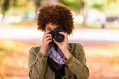 Retrato al aire libre del otoño del woma joven afroamericano hermoso Imagen de archivo
