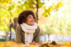 Retrato al aire libre del otoño del woma joven afroamericano hermoso fotografía de archivo libre de regalías
