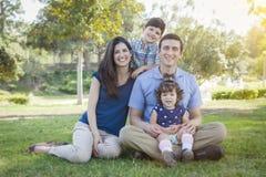 Retrato al aire libre del parque de la familia joven atractiva de la raza mixta Fotos de archivo libres de regalías