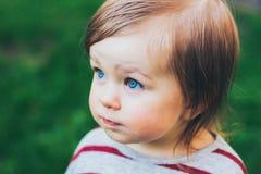 Retrato al aire libre del pequeño primer de la niña pequeña Fotografía de archivo