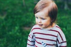 Retrato al aire libre del pequeño primer de la niña pequeña Imágenes de archivo libres de regalías