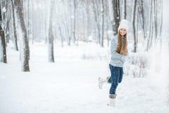 Retrato al aire libre del primer de la muchacha sonriente feliz hermosa joven, del sombrero hecho punto elegante y de los guantes Fotos de archivo libres de regalías
