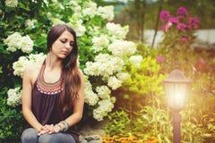 Retrato al aire libre del primer de la mujer bonita hermosa en jardín del verano Imágenes de archivo libres de regalías