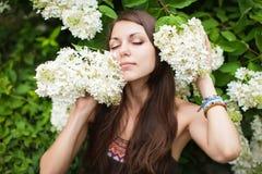 Retrato al aire libre del primer de la mujer bonita hermosa en jardín del verano Fotografía de archivo libre de regalías