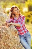 Retrato al aire libre del verano de la muchacha rubia bastante linda de los jóvenes Mujer hermosa que presenta en primavera Fotos de archivo