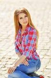 Retrato al aire libre del verano de la muchacha rubia bastante linda de los jóvenes Mujer hermosa que presenta en primavera Foto de archivo libre de regalías