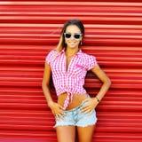 Retrato al aire libre del verano de la muchacha rubia de moda elegante - vagos rojos Fotos de archivo
