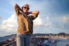 Retrato al aire libre del verano del adolescente rubio Fotos de archivo libres de regalías