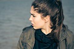 Retrato al aire libre en perfil de un adolescente pensativo Fotografía de archivo