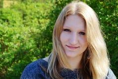 Retrato al aire libre hermoso de la mujer joven Imagen de archivo