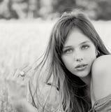 Retrato al aire libre hermoso del modelo imponente Foto de archivo