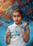 Retrato al aire libre modelo hermoso de Girl con las hojas y la mariposa del árbol fotos de archivo
