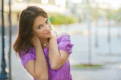 Retrato al aire libre Mujer hermosa joven que visita un centro de ciudad durante un día soleado, sonriendo en la cámara con los e Fotografía de archivo libre de regalías
