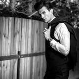 retrato al aire libre Negro-blanco del hombre hermoso elegante en chaleco clásico cerca de la cerca de madera foto de archivo libre de regalías