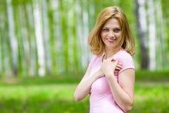 Retrato al aire libre sonriente joven de la mujer Foto de archivo