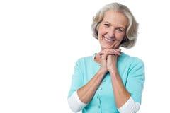 Retrato alegre de la mujer mayor sonriente imágenes de archivo libres de regalías
