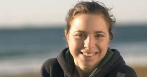 Retrato alegre feliz de la muchacha que sonríe en el cierre de la cámara para arriba almacen de video