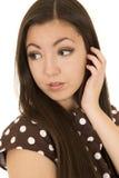 Retrato americano asiático atractivo de la mujer que echa un vistazo al revés mano Foto de archivo