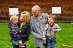 Retrato americano do estilo de vida da família de quatro pessoas Imagens de Stock