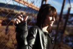 Retrato anónimo da mulher sobre a cerca Fotografia de Stock