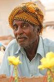 Retrato - ancião que vende o milho na praia de Clifton, Karachi Imagem de Stock Royalty Free