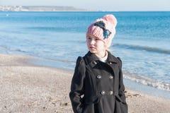 Retrato 8 anos de menina idosa perto do mar, ainda foto da vida Imagens de Stock Royalty Free