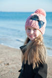 Retrato 8 anos de menina idosa perto do mar, ainda foto da vida Fotos de Stock Royalty Free