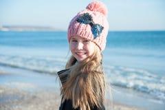 Retrato 8 anos de menina idosa perto do mar, ainda vida Fotos de Stock Royalty Free