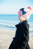 Retrato 8 anos de menina idosa perto do mar, vista lateral Imagem de Stock
