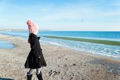 Retrato 8 anos de opinião lateral da menina idosa que olha no mar Fotografia de Stock Royalty Free