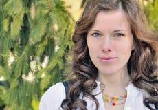 Retrato ao ar livre bonito da mulher 20s Fotos de Stock Royalty Free