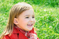 Retrato ao ar livre da menina de riso bonito fotografia de stock