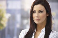 Retrato ao ar livre da mulher atrativa imagens de stock royalty free