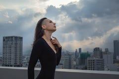 Retrato ao ar livre da mulher bonita nova imagem de stock