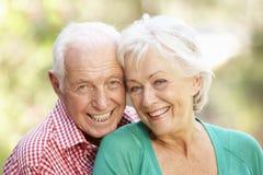Retrato ao ar livre de pares sênior felizes imagens de stock royalty free