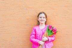 Retrato ao ar livre de uma menina bonito Fotografia de Stock