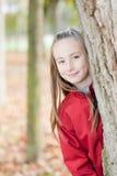 Retrato ao ar livre de uma menina de sorriso Imagem de Stock