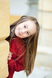 Retrato ao ar livre de uma menina de sorriso Foto de Stock