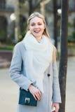 Retrato ao ar livre de uma mulher bonita fotografia de stock royalty free