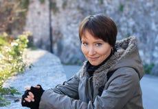 Retrato ao ar livre de uma mulher nova foto de stock
