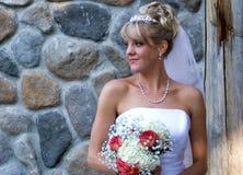 Retrato ao ar livre de uma noiva. fotos de stock royalty free