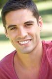 Retrato ao ar livre do homem novo de sorriso Fotos de Stock Royalty Free