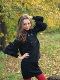 Retrato ao ar livre do outono da rapariga da beleza. Fotografia de Stock